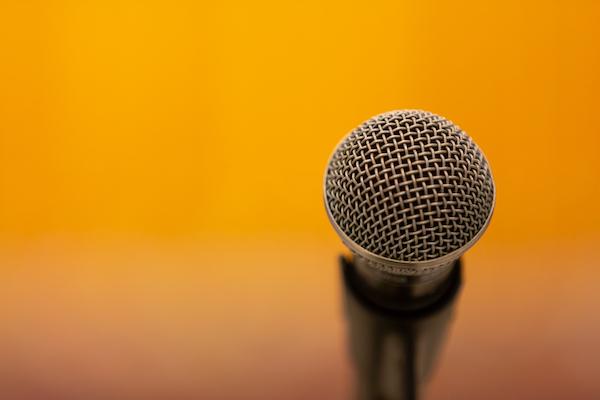 Microfono con sfondo giallo